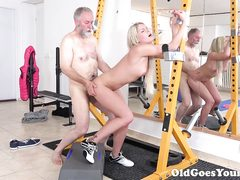 Old man banged sporty babe's twat in the gym
